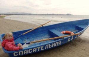 спасательная лодка с ребенком