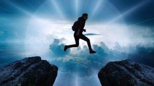 человек прыгает через пропасть